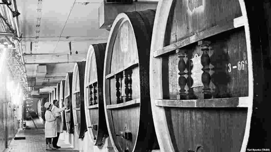 Історію виноробства в Масандрі починають з графа Воронцова, який розбив на території сучасної Великої Ялти перші 18 гектарів виноградників. На фото: дубові бочки для витримки вина, 1968 рік