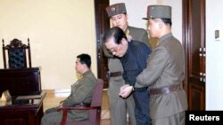 Koreja e Veriut - Jang Song Thaek në gjykatë ushtarake, 12 dhjetor, 2013