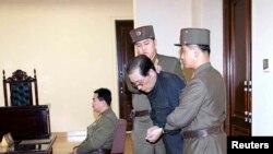 Түндүк Корея -- Чан Сон Тхек сот жообуна тартылууда.