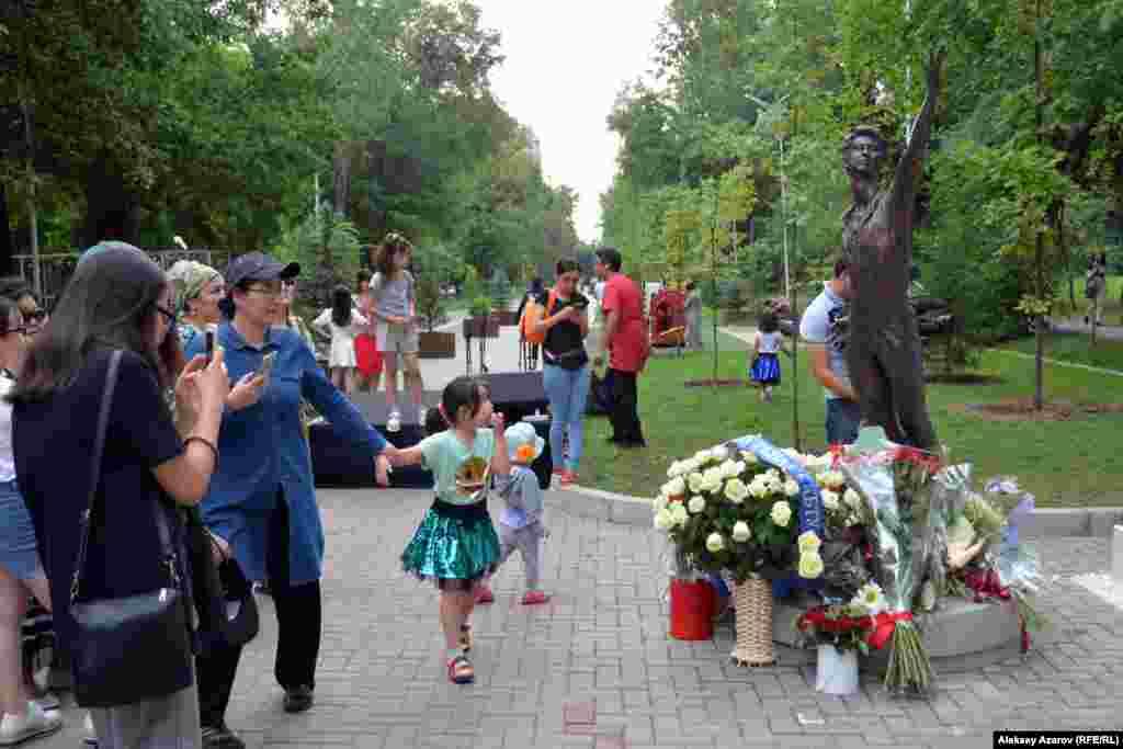 Монумент предполагалось открыть в день рождения Дениса Тена — 13 июня. Но церемонию перенесли почти на десять дней. Официальной причиной было названо то, что мемориал не был готов. Другие подробности выяснить не удалось.