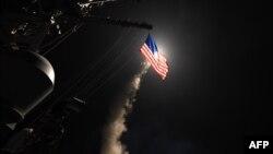 Pamje nga sulmi i SHBA-së me raketa ndaj bazës ajrore siriane