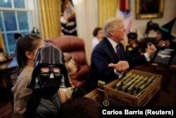 Дональд Трамп в Овальном кабинете Белого дома накануне Хэллоуина