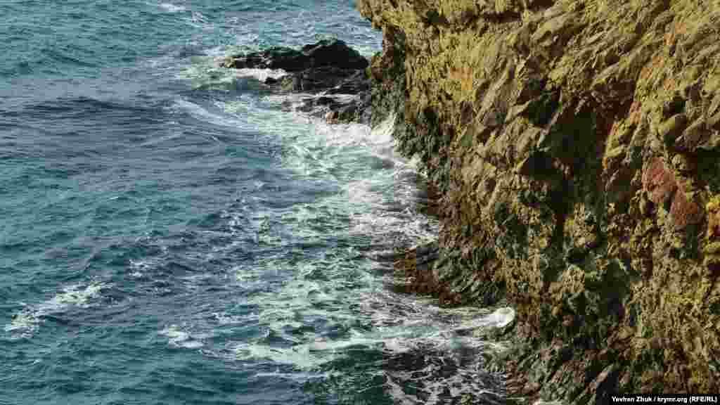 Хвилі невпинно підточують скелі на узбережжі