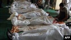Египтяне оплакивают своих близких, ставших жертвами столкновений в Каире 16 августа 2013 г.