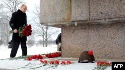 Путин возлагает цветы к одному из блокадных мемориалов