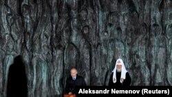Володимир Путін (ліворуч) і патріарх Кирило на відкритті «Стіни Скорботи» в Москві, 30 жовтня 2017 року