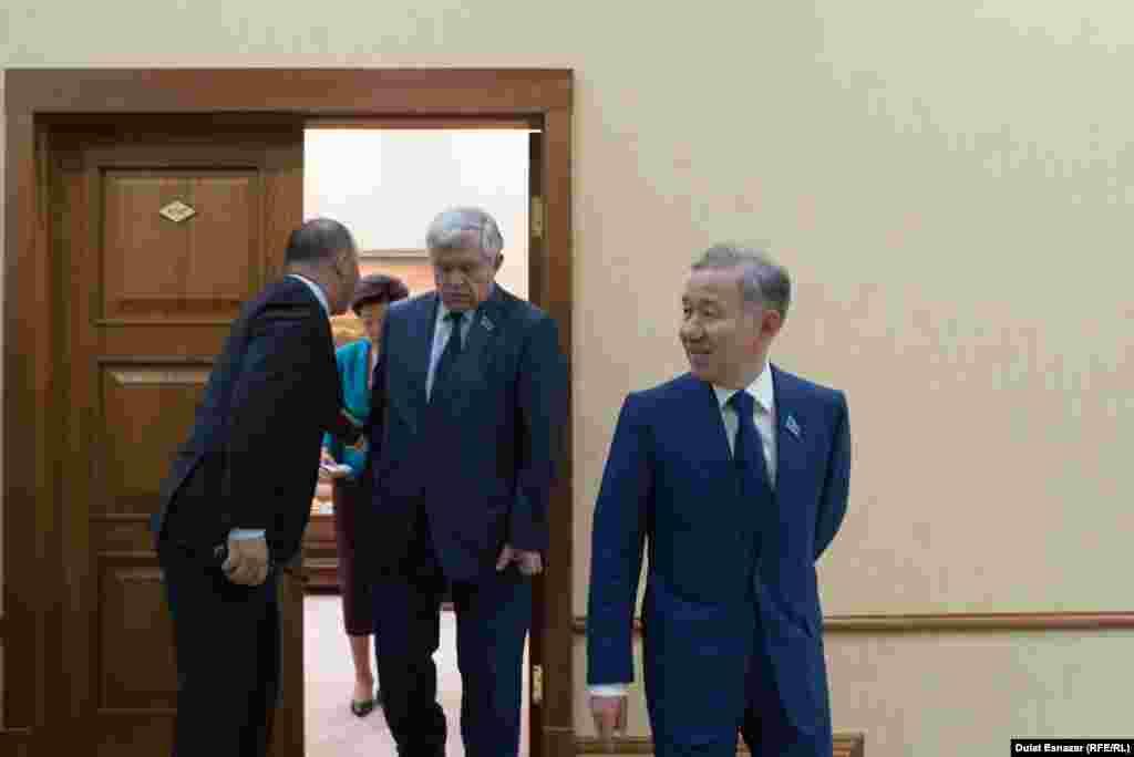 Мәжіліс төрағасы Нұрлан Нығматулин (алдыңғы қатарда) мен депутат Владимир Божко отырыс залынан шығып келеді. Астана, 5 қыркүйек 2018 жыл.