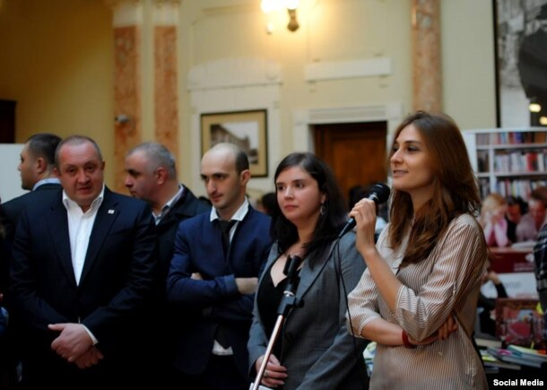 Gürcüstan Milli Kitab Mərkəzinin tədbirində Medea Metreveli və Gürcüstan prezidenti Giorgi Margvelashvili iştirak edirlər.