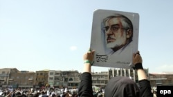 Иран -- Оппозициялык талапкер Мир Хоссейн Мусавинин тарапкерлери бейшембиү күнү кайрадан нааразылык билдиргени чыгышты.