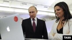 Prezident Vladimir Putin (solda) və Margarita Simonyan