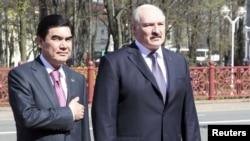 Prezidentler Gurbanguly Berdimuhamedow bilen Aleksandr Lukaşenko Minskde resmi garşy alyş dabarasy wagtynda. Minsk, 27-nji aprel, 2012.
