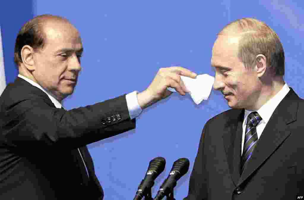 Носик припудрим? (Премьер-министр Италии с бывшим президентом РФ, 21.04.2004, Липецк).