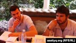 Итальянские депутаты Карло Себиллия (слева) и Алессандро Ди Баттиста, приехавшие встретиться с Алмой Шалабаевой. Алматы, 4 августа 2013 года.