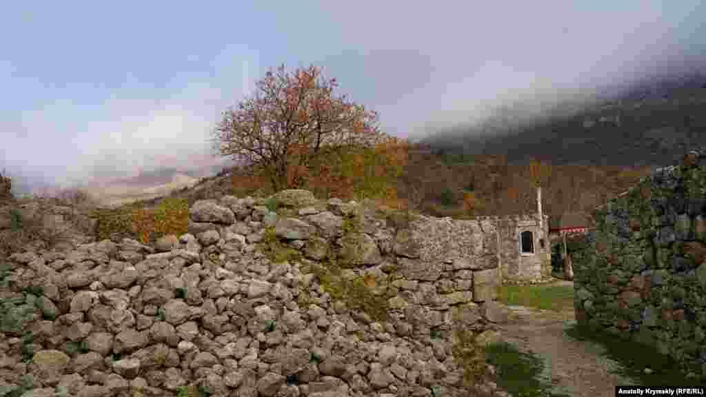 Фортеця розкинулася біля західного підніжжя Південної Демерджи, неподалік знаменитої «Долини привидів»