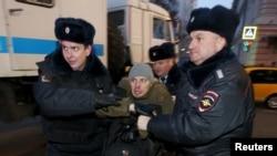 Полицейские задерживают участника акции протеста валютных ипотечников в Москве. Иллюстративное фото.