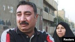 عراقي يبكي أحد أقربائه الذي راح ضحية تفجير