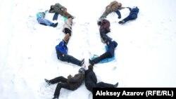 Акция-перформанс гражданских активистов против строительства горнолыжного курорта в урочище Кок-Жайляу. Алматы, 15 января 2015 года.