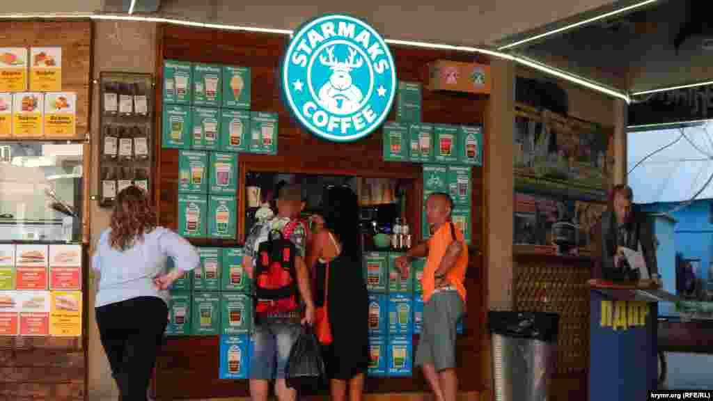 Возле троллейбусных касс можно попробовать напитки из кофейни, название которой отдаленно напоминает название мировой сети кофеен
