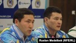 Тяжелоатлет Жасулан Кыдырбаев (справа) и его тренер Ержас Болтаев. Алматы, 14 ноября 2014 года.
