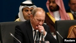 Владимир Путин зевает перед началом заседания саммита в Брисбене