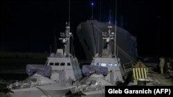 Două vase ucrainene, similare celor capturate de Rusia în noiembrie 2018, în portul Miriupol din Ucraina.