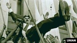 Люди качають на руках депутата, колишнього політв'язня Левка Лук'яненка біля будинку українського парламенту, святкуючи проголошення України незалежною державою. Київ, 24 серпня 1991 року