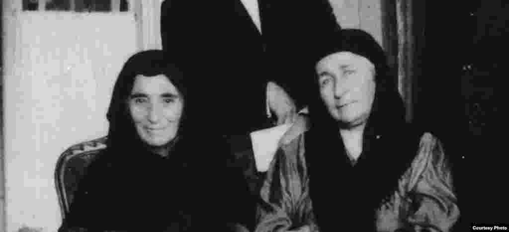 Рашидат Бамматова (мати Гайдара Баммата, ліворуч) і Епсі Чермоєва (дружина Абдул-Мусліма Чермоєва). Париж, 1922 р.