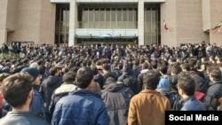13-nji ýwanrda Tähranyň Şarif uniwersitetinde hökümete garşy protestler geçirildi.