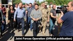 Президент Украины Владимир Зеленский и председатель Европейского совета Дональд Туск (л) в Станице Луганской, 7 июля 2019 год