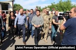 Володимир Зеленський (с) і Дональд Туск (іде за ним лівіше) у Станиці Луганській, 7 липня 2019 року