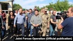 Президент Украины Владимир Зеленский и председатель Евросовета Дональд Туск, КПВВ, Станица Луганская, 7 июля 2019 года