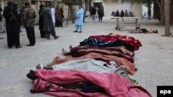 Тела погибших в результате нападения боевиков на полицейское училище в Кветте.