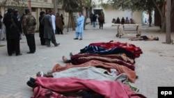 Тела погибших на территории полицейской академии в Кветте, подвергшейся нападению. 25 октября 2016 года.