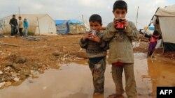 """أطفال سوريون في مخيم """"باب السلام"""" على الحدود مع تركيا"""