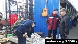 Уладзімер Дашкевіч (у цэнтры) размаўляе з пакупніком