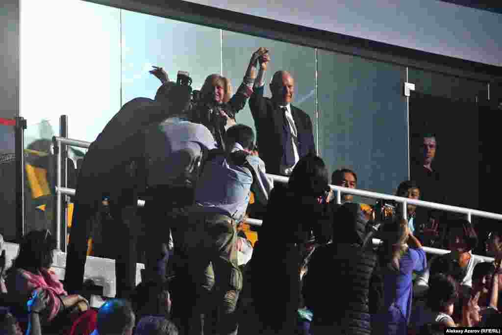 На ледовое шоу приехали также некоторые из его тренеров – Елена Буянова (Водорезова) из России и Фрэнк Кэрролл из США (на фото).