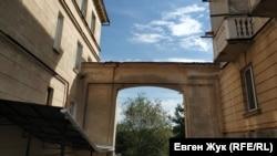 Выход из «двора с фонтаном» к Ушаковой балке