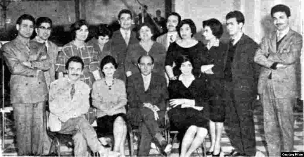 ایرج گرگین (راست) در کنار شماری از کارکنان وقت رادیو و تلویزیون ملی ایران/ رادیو ایران؛ ۱۳۳۹