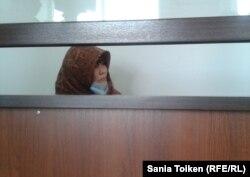Гульмира Жумашева, участница религиозной общины, сидит на скамье подсудимых по обвинению в экстремизме. Атырау, 18 июня 2013 года.