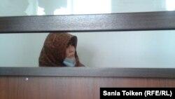 Сотталушы Гүлмира Жұмашева сот залында отыр. Атырау, 18 маусым 2013 жыл.