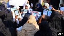 په سوات کې د تریتم کړل شوو خلکو خپلوانې ښځې احتجاج کوي. ۲۱م اکتوبر ۲۰۱۳م کال