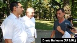 Igor (în stînga) discutînd cu reprezentanții Ong-urilor