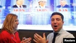 Кандидат у президенти України Володимир Зеленський (п) та його дружина реагують на перші дані екзит-полів, які засвідчили його перемогу в першому турі виборів, Київ, 31 березня 2019 року