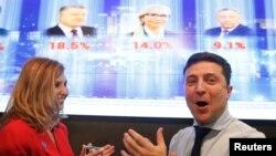 Volodimir Zelinski sa suprugom nakon prvih rezultata predsjedničkih izbora