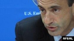 Aмериканскиот помошник-државен секретар Филип Гордон.