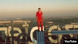 Руфер Мустанг в клипе дуэта Klangkarussell