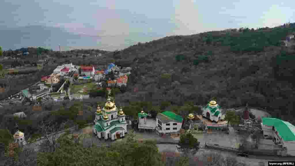 У 2006 році під горою, на місці середньовічного християнського монастиря, побудували православний храм святого Архистратига Михаїла. Його розписала група іконописців зі Львова