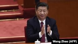 Председатель Китая Си Цзиньпин аплодирует во время закрытия 19-го съезда Коммунистической партии Китая (КПК).