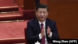 Президент Китая Си Цзиньпин аплодирует во время закрытия 19-го съезда Коммунистической партии Китая (КПК).