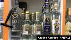 Türkmenistanda tekjede duran wodka araklary (illýustrasiýa)